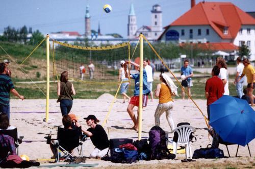 Beachvolleyballfeld, im Hintergrund Hotel und Restaurant Haus am See und die Altstadt von Zittau